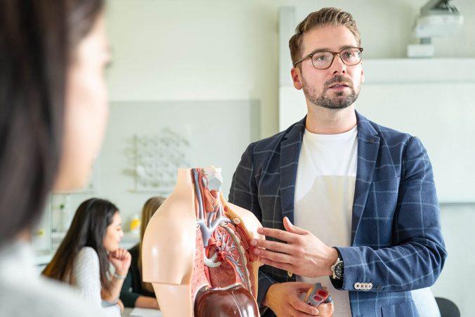 Seminar im Gesundheitswesen: Mann mit Torso